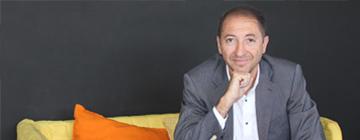 Primer plano de Francisco Barrionuevo sentado en un sofá