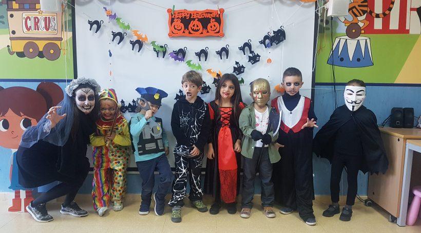 alumnos disfrazados en clase del colegio