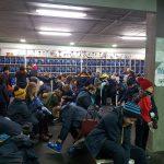 Alumnos colocándose los patines