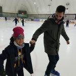 Nuestro profe ayudando a patinar a una de las alumnas