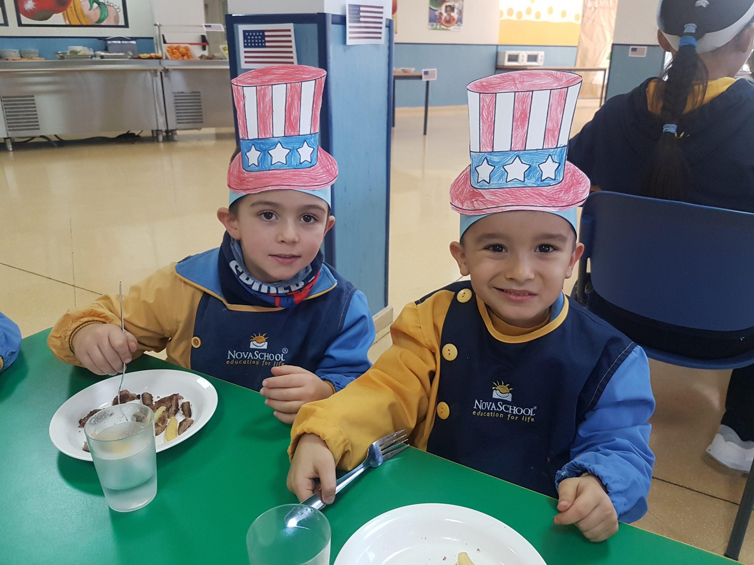 Alumnos disfrutando del menú especial