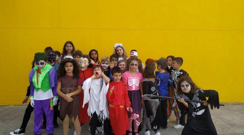 Alumnos disfrazados en el patio de nuestro colegio bilingüe en Granada