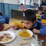 Alumnos disfrutando del menú típico inglés