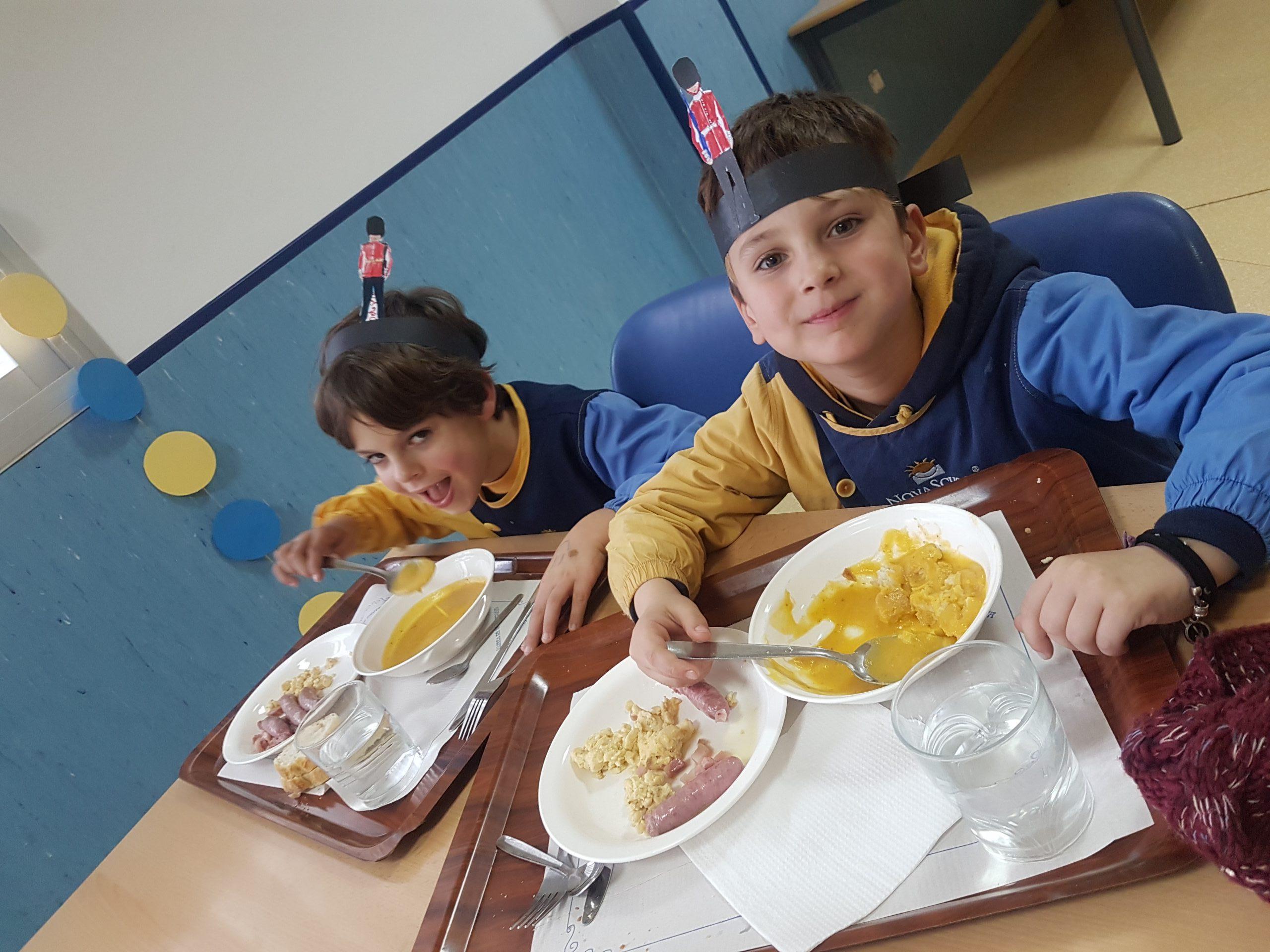 alumnos de nuestro colegio bilingüe Granada almorzando