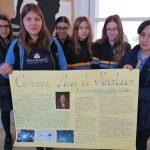 Alumnas de bachillerato mostrando su proyecto sobre Carmen Ruiz de Almodóvar.