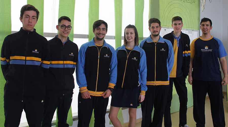 Estudiantes de Bachillerato de pie con el uniforme del instituto privado Novaschool Medina Elvira