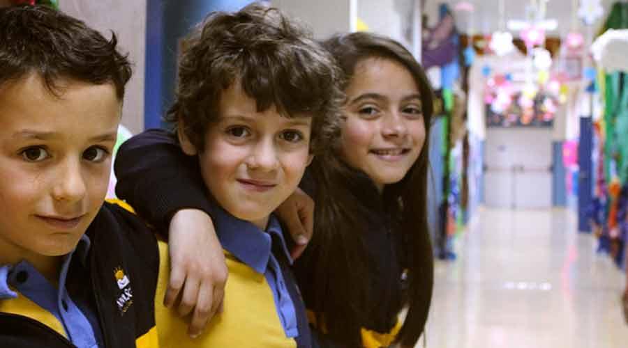 Primer plano de dos alumnos y una alumna de primaria del colegio privado bilingüe Medina Elvira
