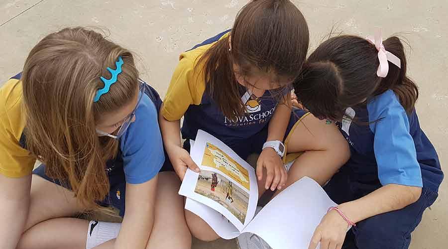 Alumnas del colegio privado leyendo un libro