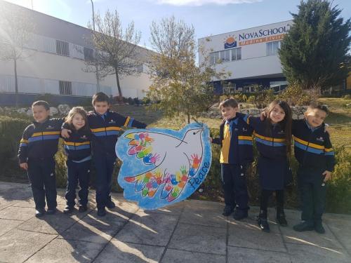 Alumnos de nuestro colegio celebrando el día Internacional de la Paz