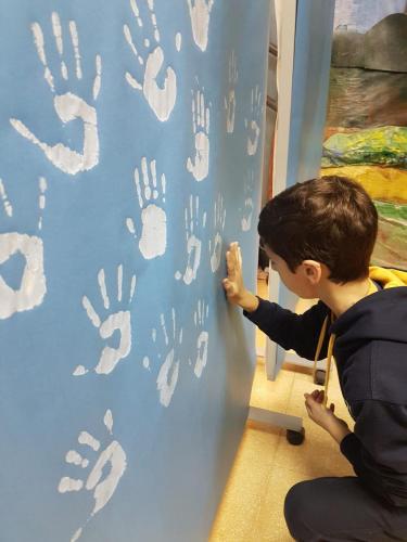 Dejamos nuestras manos blancas en el mural de la paz