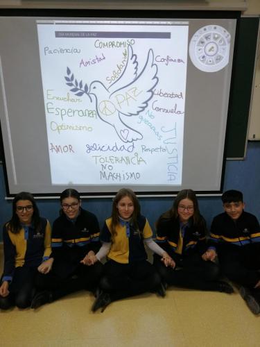 Alumnas y alumnos en clase el día de la Paz