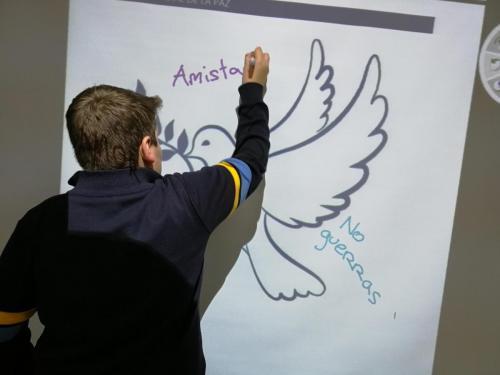 Alumno escribiendo en la pizarra digital
