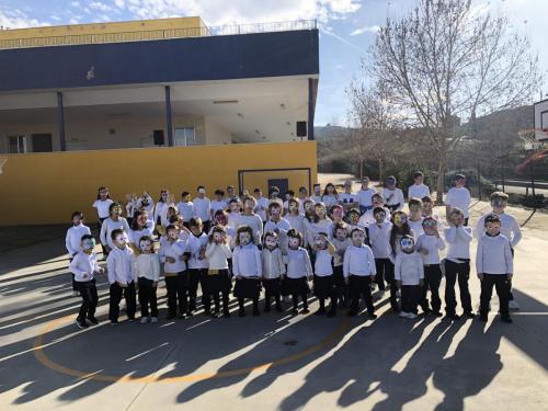 Todos los alumnos visten una camiseta blanca el día de la Paz